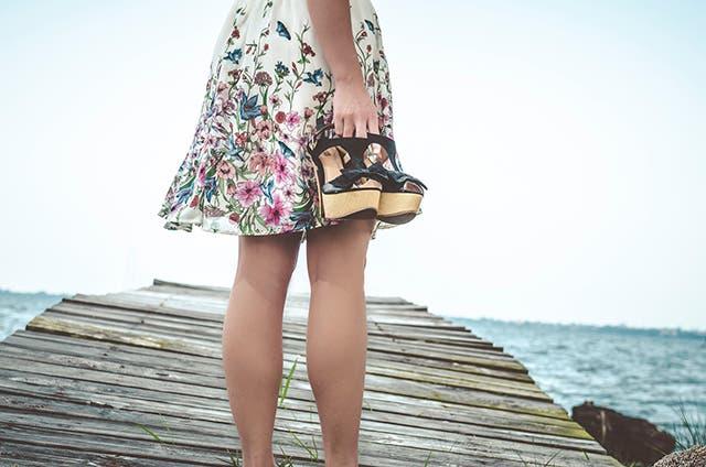 海辺に佇む女性